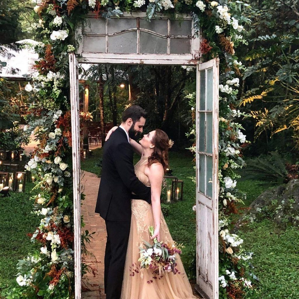 Lembrancinha poética: jornalista dá livro de lembrança em casamento